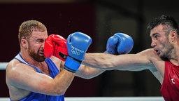Die beiden Boxer Bakhodir Jalolov aus Usbekistan und Mahammad Abdullayev (r.) aus Aserbaidschan