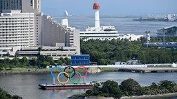 Olympische Ringe in der Bucht von Tokio