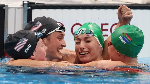 Tatjana Schoenmaker (2.v.r.) aus Südafrika jubelt über Gold im 200m Brustschwimmen neben Lilly King (l) aus USA und Annie Lazor (2.v.l.) aus den USA © dpa-Bildfunk