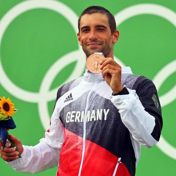 Der deutsche Kanute Hannes Aigner präsentiert seine Bronzemedaille. | dpa-Bildfunk