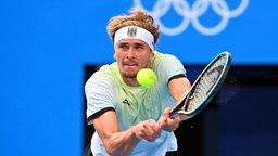 Der deutsche Tennis-Spieler Alexander Zverev spielt eine Rückhand.