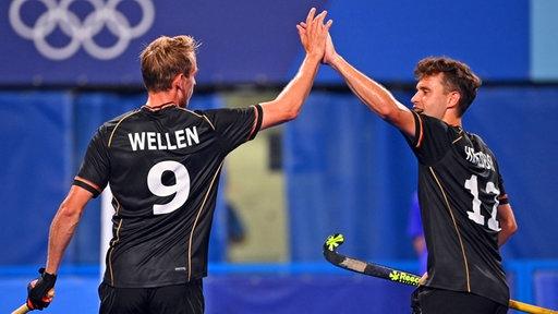 Deutschlands Hockey-Spieler Niklas Wellen (.) bejubelt einen Treffer mit Christopher Rühr.