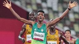 Selemon Barega bejubelt seinen Olympiasieg über 10.000 Meter in Tokio