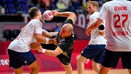 Der deutsche Handballer Paul Drux (2.v.l.) beim Zweikampf gegen Norwegens Christian O'Sullivan
