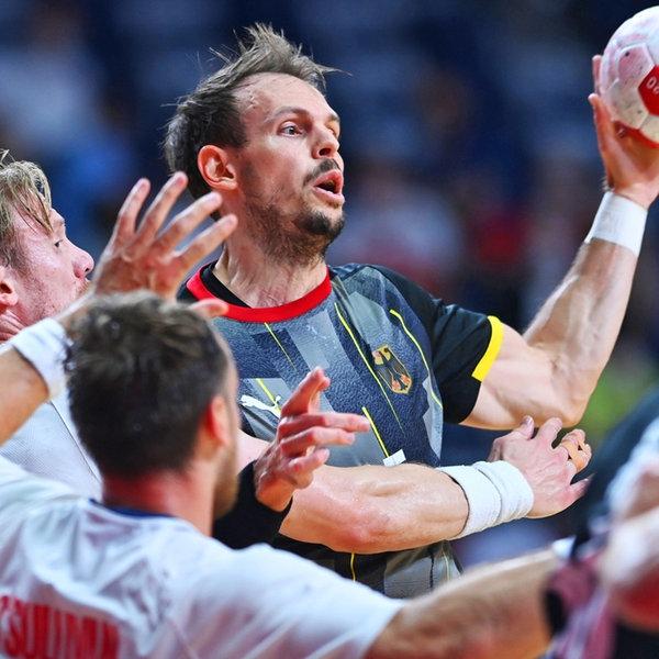 Der deutsche Handballer Kai Häfner führt den Ball und sucht einen Mitspieler.   dpa-Bildfunk
