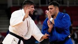 Johannes Frey aus Deutschland (blau) und Javad Mahjoub vom Olympisches Flüchtlingsteam (Refugee Olympic Team) in Aktion.