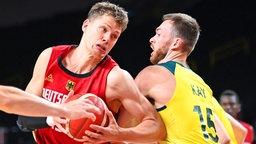 Der deutsche Basketballer Moritz Wagner (l.) und Australiens Nic Kay kämpfen um den Ball.