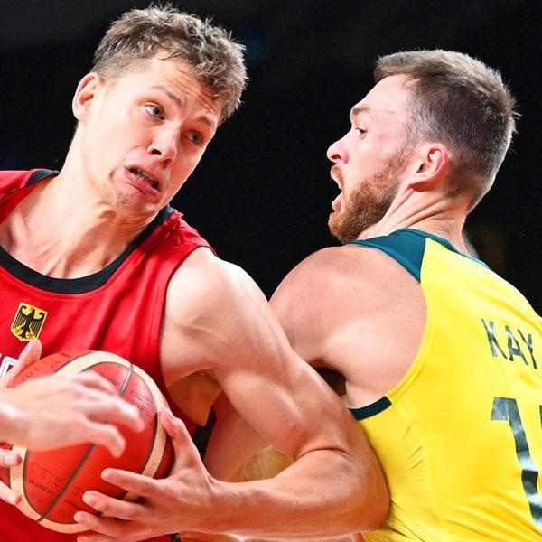 Der deutsche Basketballer Moritz Wagner (l.) und Australiens Nic Kay kämpfen um den Ball. | dpa-Bildfunk