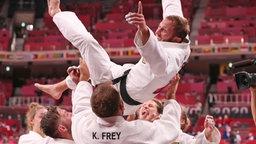 Das deutsche Mixed-Team der Judoka um Sebastian Seidl (oben) jubelt über Bronze.