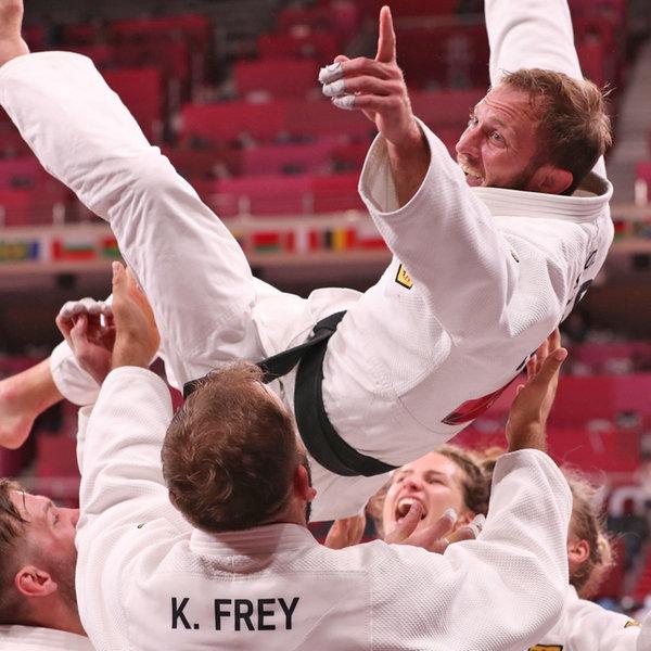 Das deutsche Mixed-Team der Judoka um Sebastian Seidl (oben) jubelt über Bronze. | dpa-Bildfunk