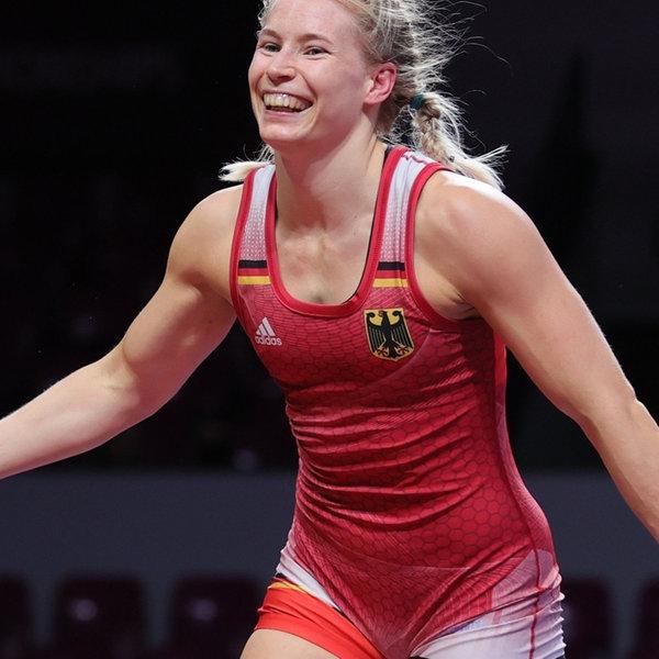 Die deutsche Ringerin Aline Rotter-Focken jubelt.  | picture alliance/dpa/UWW