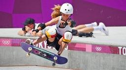 Die deutsche Skateboarderin Lilly Stoephasius in Aktion