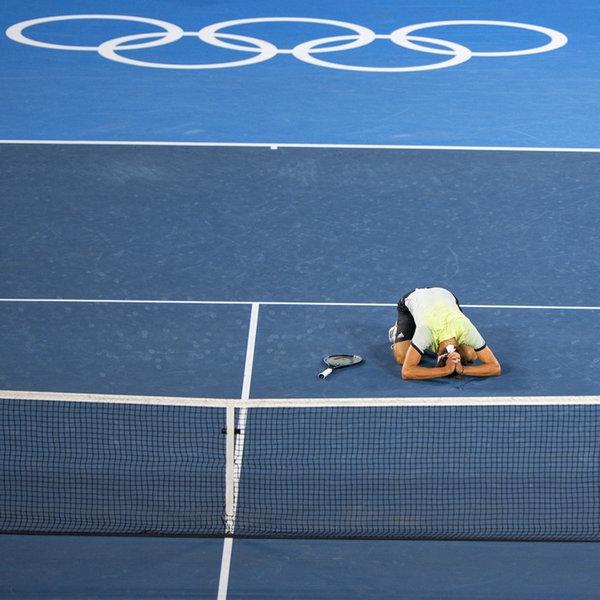Der deutsche Tennis-Spieler Alexander Zverev (l.) kniet nach dem Sieg im Finale auf dem Boden | IMAGO