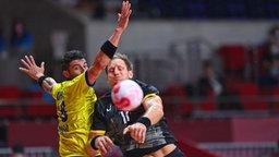 Der deutsche Handball-Spieler Steffen Weinhold (r.) in Aktion gegen Brasiliens Rogerio Moraes.