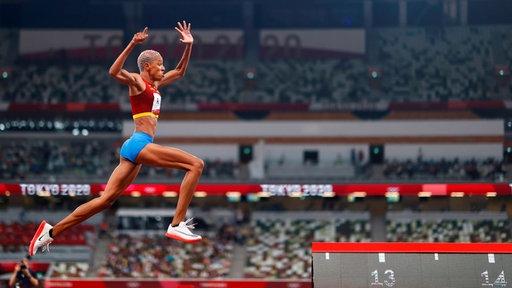 Die venezolianische Leichtathletin Yulimar Rojas beim Dreisprung.