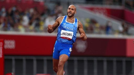 Der 100m Läufer Lamont Marcell Jacobs aus Italien feiert hinter der Ziellinie
