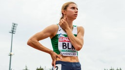 Die weißrussische Sprinterin Kristina Timanowskaja schaut konzentriert in die Ferne.