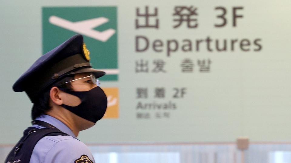 Ein Polizist am Tokioter Flughafen Haneda - Timanowskaja übernachtete dort in einem Hotel.