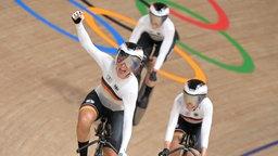 Das deutsche Bahnrad-Team der Frauen feiert den Weltrekord.