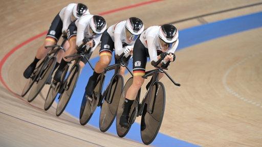 Das deutsche Bahnrad-Team der Frauen in Aktion.