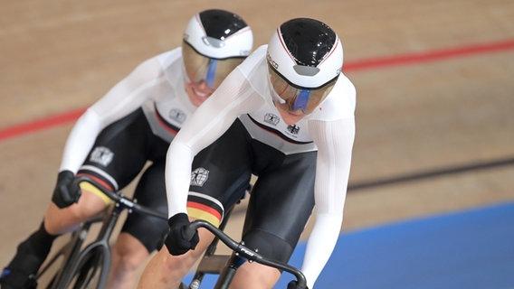 Die deutschen Bahnrad-Teamsprinterinnen Lea Sophie Friedrich (vorne) und Emma Hinze in Aktion. © dpa-bildfunk