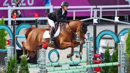Die deutsche Vielseitigkeits-Reiterin Sandra Auffarth mit dem Pferd Viamant du Matz in Aktion.