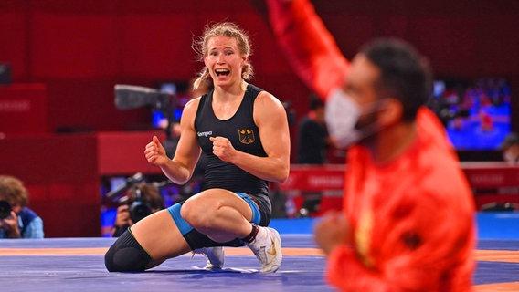 Die deutsche Ringerin Aline Rotter-Focken bejubelt Gold. © IMAGO / Sven Simon