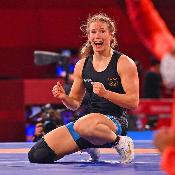Die deutsche Ringerin Aline Rotter-Focken bejubelt Gold.   IMAGO