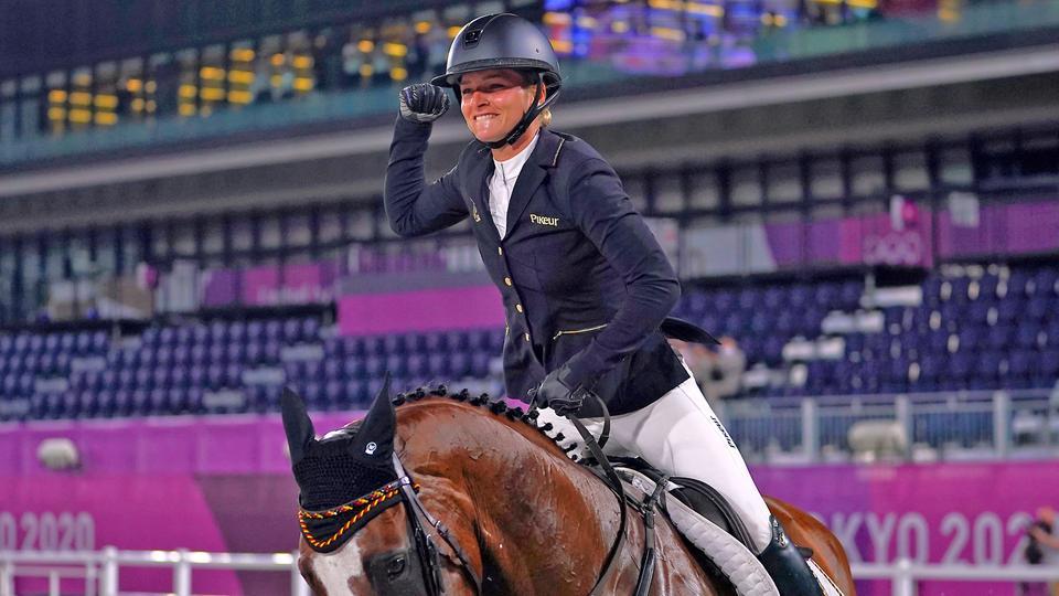 Julia Krajewski aus Deutschland jubelt über Gold im Springreiten.   picture alliance