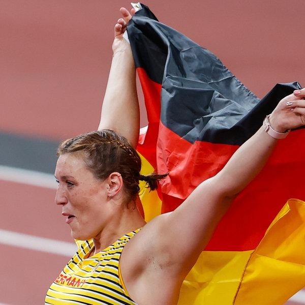 Die deutsche Diskuswerferin Kristin Pudenz jubelt über Silber mit der Nationalflagge.   dpa +++ dpa-Bildfunk