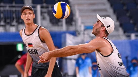 Die deutschen Beachvolleyballer Julius Thole (l.) und Clemens Wickler in Aktion. © picture alliance/dpa