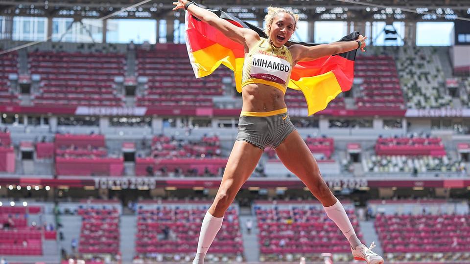 Weitspringerin Malaika Mihambo aus Deutschland jubelt über Gold