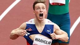 Karsten Warholm aus Norwegen jubelt über Gold.