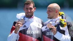 Sebastian Brendel (l) und Tim Hecker aus Deutschland mit Bronzemedaille bei der Siegerehrung