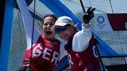 Susann Beucke (l.) und Tina Lutz bejubeln Segel-Silber bei den Olympischen Spielen in Tokio © picture alliance/dpa/Borgia