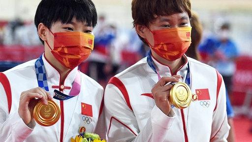 Zhong Tianshi (r.) und Bao Shanju aus China mit den Mao-Pins am Trainingsanzug