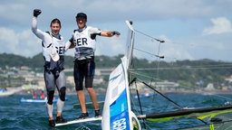 Die deutschen Erik Heil und Thomas Ploessel feiern ihren Bronzesieg im 49er Segeln.