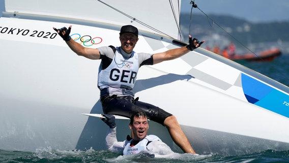 Deutschlands Erik Heil und Thomas Plössel feiern den Gewinn der Bronzemedaille. © picture alliance/dpa/AP Foto: Bernat Armangue