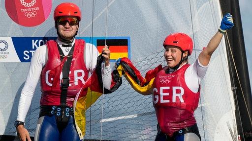 Paul Kohlhoff(l.) und Alica Stuhlemmer jubeln über Bronze im Nacra 17 Segeln.