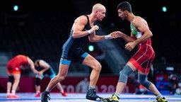 Der deutsche Ringer Frank Stäbler (l.) in Aktion gegen den Iraner Mohammadreza Abdolhamid Geraei