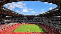Innenansicht des Olympiastadions in Tokio während der Leichtathletik-Wettbewerbe.