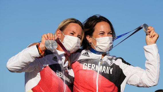 Tina Lutz und Susann Beucke (l) aus Deutschland jubeln über Silber. © picture alliance/dpa/AP