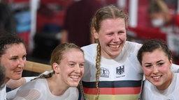 Das deutsche Bahnrad Team der Frauen jubelt über Gold.
