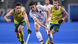 Der deutsche Hockeyspieler Florian Fuchs (m.) in Aktion gegen Edward Clive Ockenden aus Australien