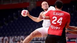 Handball : Paul Drux (l.) aus Deutschland wird von Ägyptens Ibrahim Elmasry geblockt.