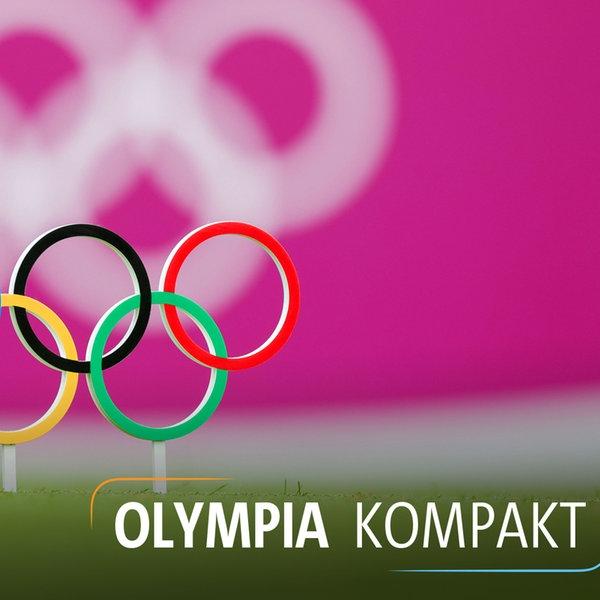 Die Olympischen Ringe auf einen Rasen gesteckt   imago images