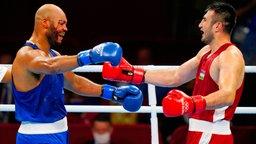 Die beiden Boxer Frazer Edward Clarke (Großbritannien) und Bakhodir Jalolov (Usbekistan) fallen sich in die Arme.