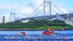 Die Freiwasser-Schwimmerinnen beim Finale über 10 Kilometer vor der Rainbow Bridge in Tokio.