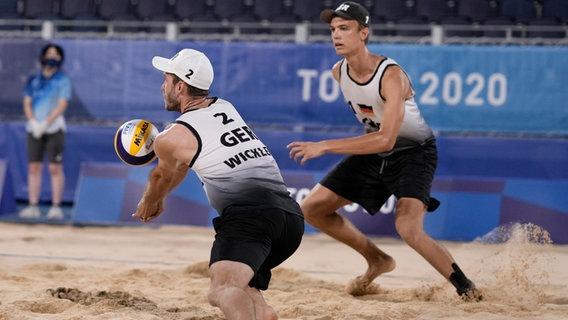 Die beiden deutschen Beachvolleyball Julius Thole und Clemens Wickler © picture alliance/dpa/AP Foto: Petros Giannakouris