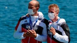 Die deutschen Kanufahrer Max Hoff (l.) und Jacob Schopf zeigen ihre Silbermedaille.